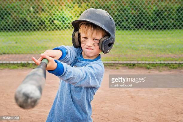 ポートレートの深刻な少年が野球ます。