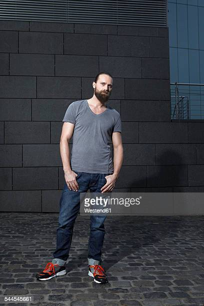 portrait of serious looking man with hands in his pockets - 35 39 jahre stock-fotos und bilder