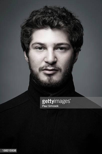 portrait of serious man - col roulé photos et images de collection