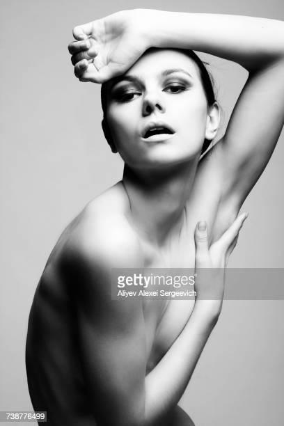 portrait of serious naked caucasian woman - mani su seno foto e immagini stock