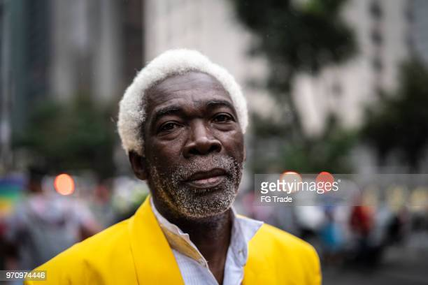 portret van ernstige senior man - afro amerikaanse etniciteit stockfoto's en -beelden