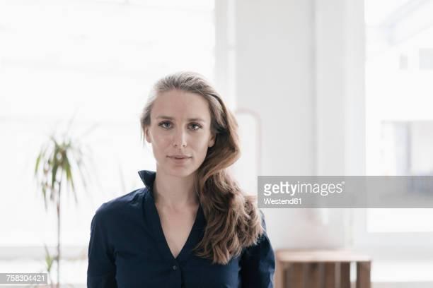 portrait of serious woman - frauen über 30 stock-fotos und bilder