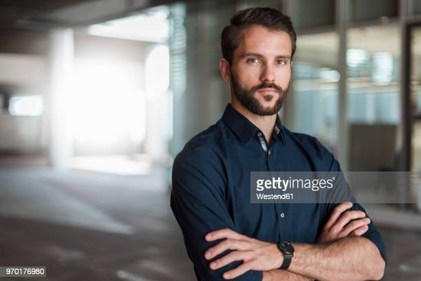 portrait of serious young businessman - vastberadenheid stockfoto's en -beelden