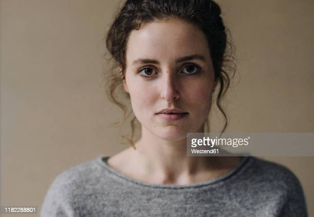 portrait of serious young woman - ongerust stockfoto's en -beelden