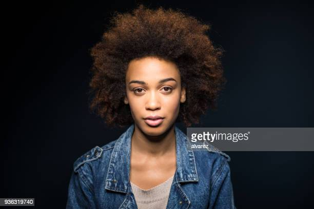 portrait of serious young woman with curly hair - retrato formal imagens e fotografias de stock