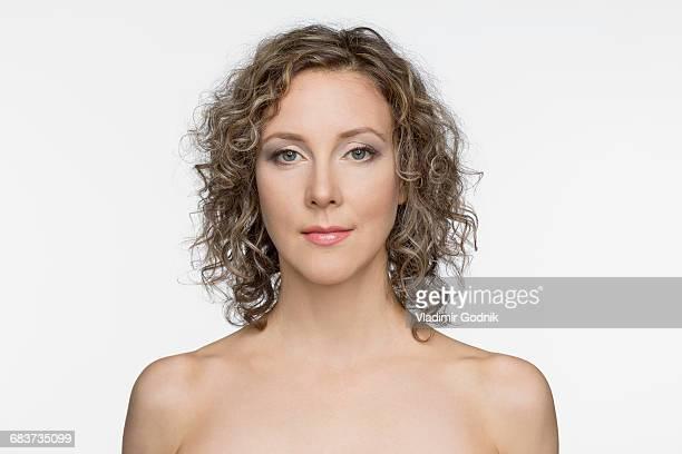 portrait of shirtless beautiful woman against white background - oben ohne frau stock-fotos und bilder