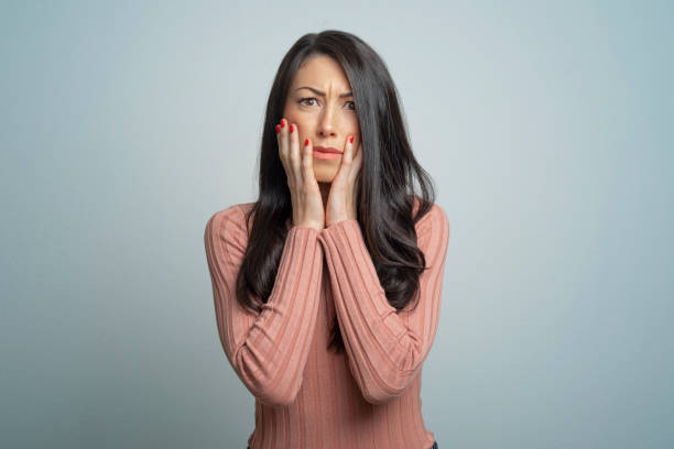 portrait of shocked woman - woman fear stock pictures, royalty-free photos & images
