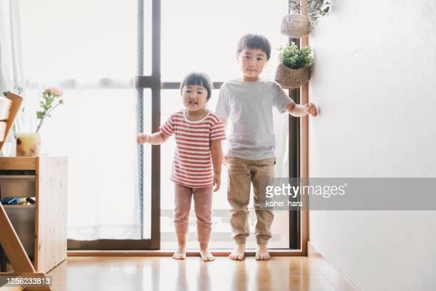 リビングルームの兄弟の肖像 - 兄弟 ストックフォトと画像