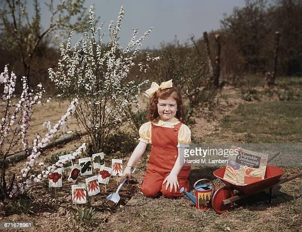 portrait of small girl gardening  - escrita ocidental - fotografias e filmes do acervo