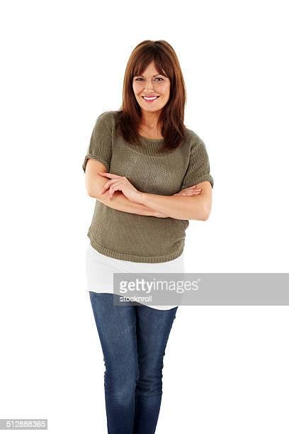 Portrait de l'élégante femme mature debout sur blanc