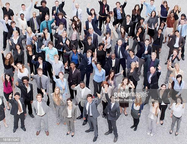 Porträt von Lächeln und Gestikulieren Menschenmenge