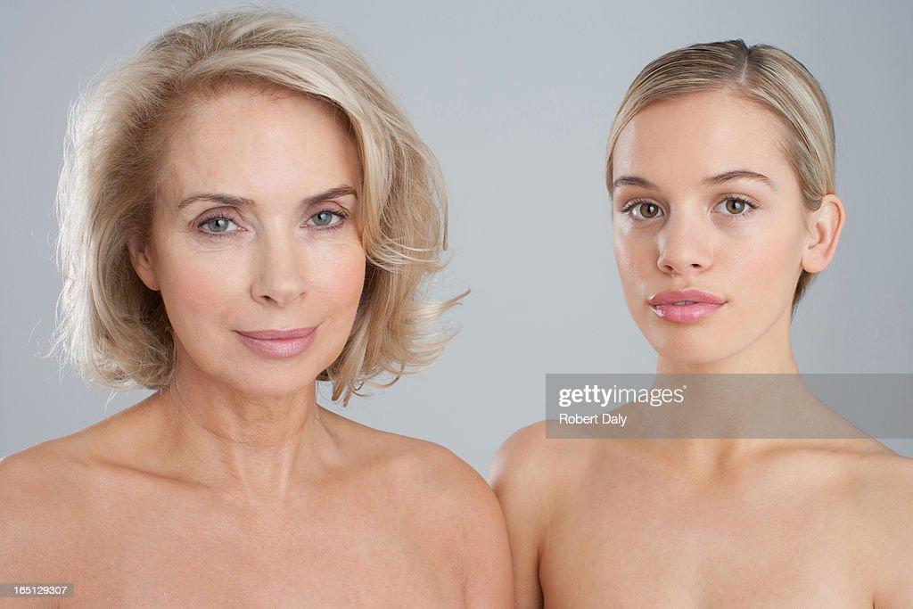 Porträt Von Lächelnd Nackte Chested Mutter Und Tochter