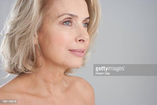 portrait de femme souriant nus poitrine - beautiful bare women photos et images de collection