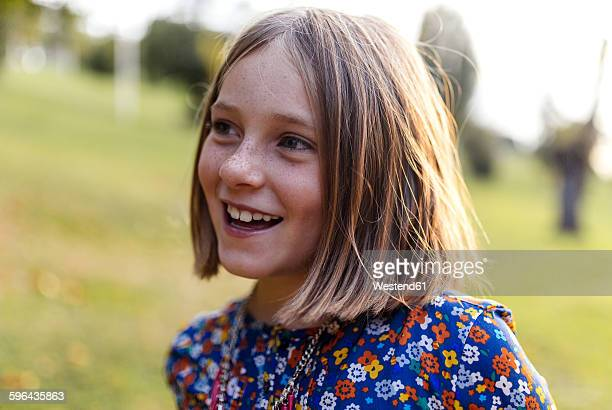 portrait of smiling blond girl with freckles - 8 9 jahre stock-fotos und bilder