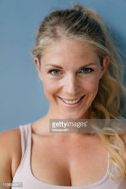 portrait of smiling blond woman - erwachsener über 30 stock-fotos und bilder