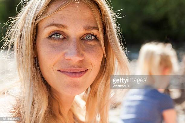 portrait of smiling blond woman with freckles - une seule femme d'âge moyen photos et images de collection