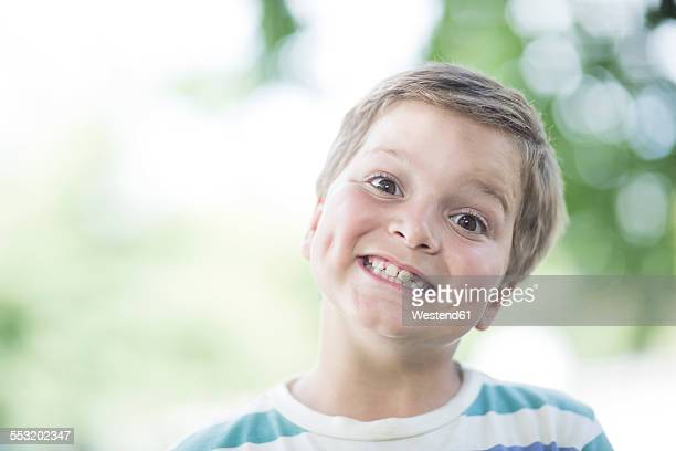 portrait of smiling boy - head cocked stock pictures, royalty-free photos & images