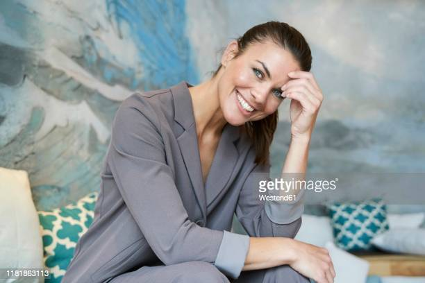 portrait of smiling brunette businesswoman - elegante kleidung stock-fotos und bilder