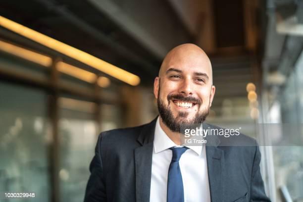 retrato de homem de negócios sorrindo - careca - fotografias e filmes do acervo