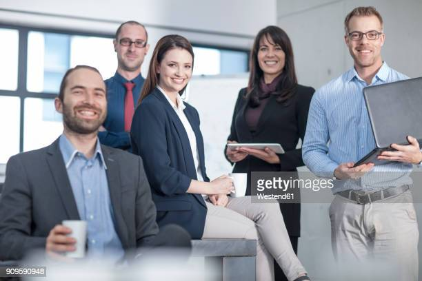 portrait of smiling business team in office - cinq personnes photos et images de collection