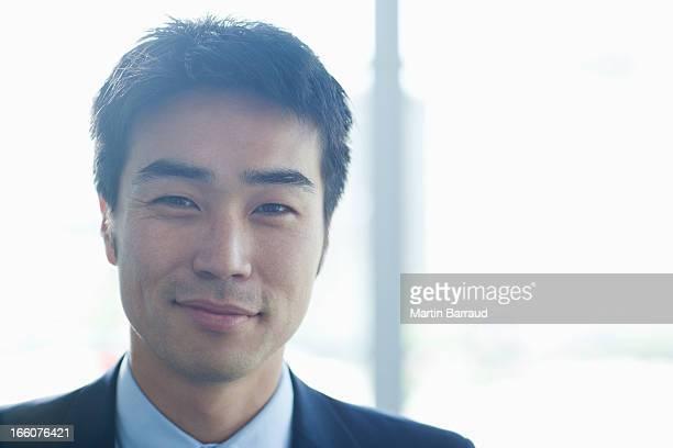 retrato do empresário sorridente no lobby moderno - somente japonês - fotografias e filmes do acervo