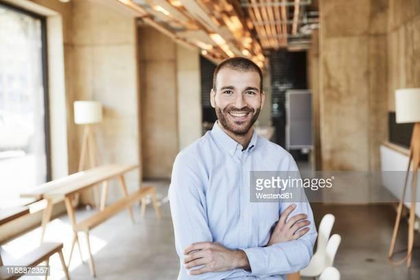 portrait of smiling businessman in modern office - chemise photos et images de collection