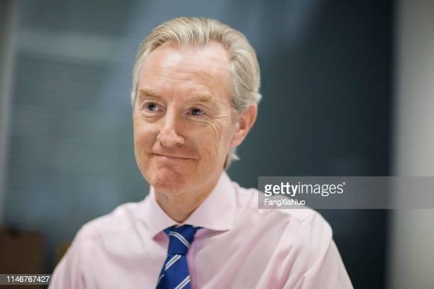 portrait de sourire d'homme d'affaires dans le bureau - tenue d'affaires photos et images de collection