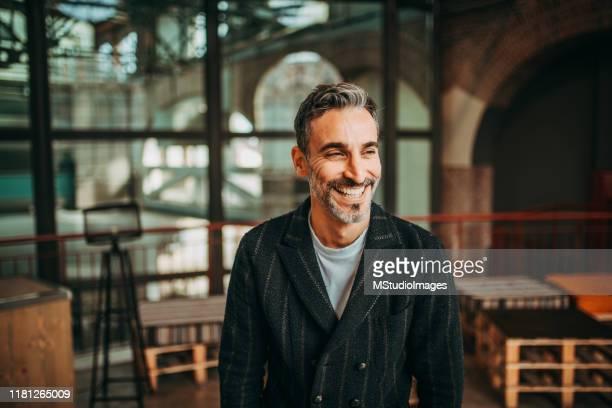 portrait of smiling businessman - olhar para longe imagens e fotografias de stock