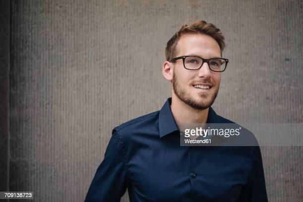 portrait of smiling businessman - olhando para o outro lado - fotografias e filmes do acervo