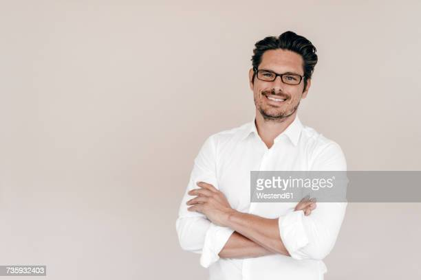 portrait of smiling businessman - camisa branca - fotografias e filmes do acervo