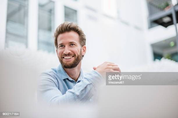 portrait of smiling businessman - weißes hemd stock-fotos und bilder