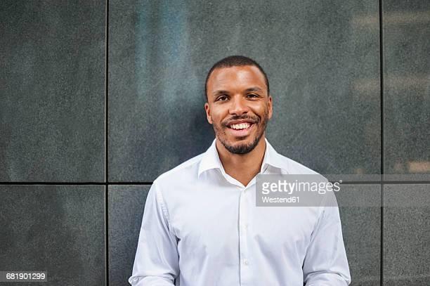 portrait of smiling businessman wearing white shirt - wit hemd stockfoto's en -beelden