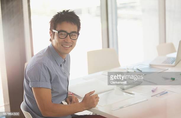 Porträt von lächelnd Geschäftsmann Arbeiten im Konferenzraum mit Tisch