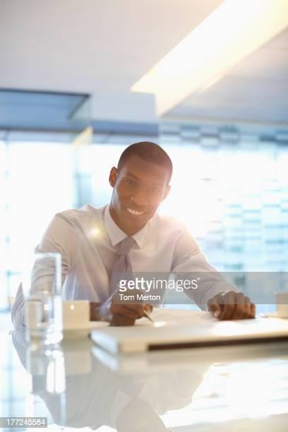 Porträt von lächelnd Geschäftsmann arbeiten im Büro