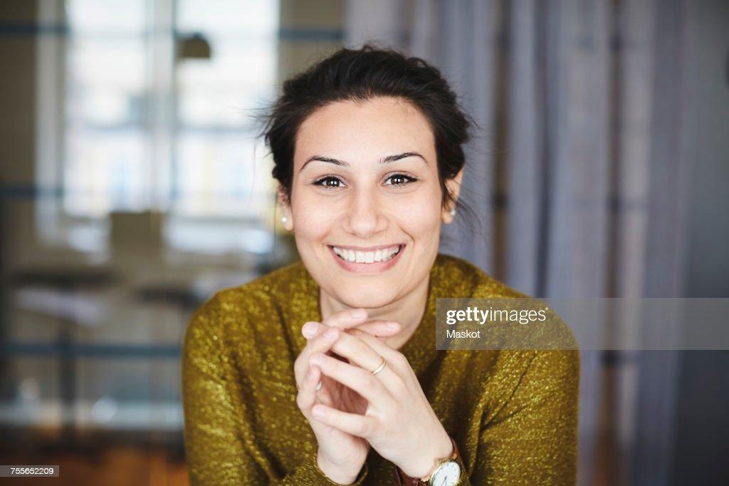 Portrait of smiling businesswoman at creative office : Foto de stock