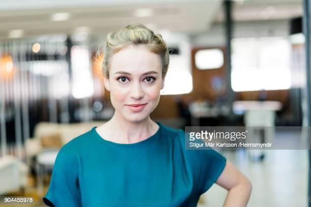 Portret van Glimlachende zakenvrouw op kantoor