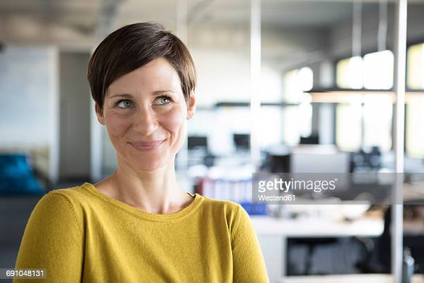 portrait of smiling businesswoman in office - weibliche angestellte stock-fotos und bilder