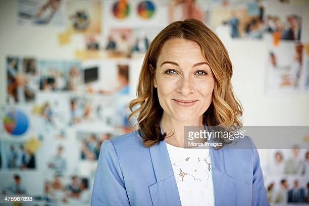 portrait of smiling businesswoman - titta mot kameran bildbanksfoton och bilder