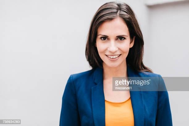portrait of smiling businesswoman - braunes haar stock-fotos und bilder