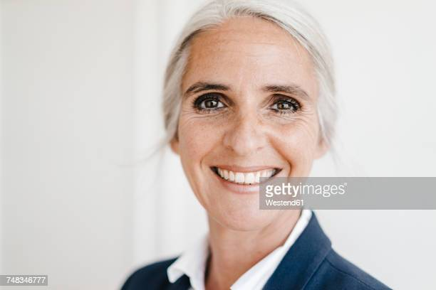portrait of smiling businesswoman - braune augen stock-fotos und bilder