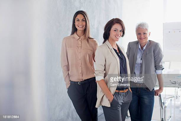 portrait of smiling businesswomen in office - drei personen stock-fotos und bilder