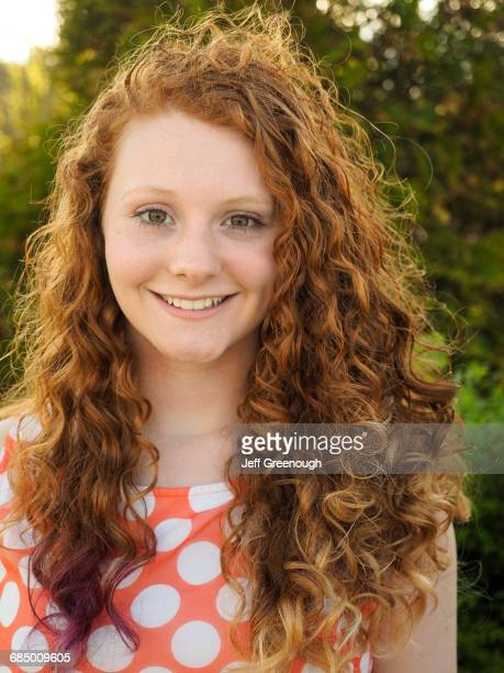 portrait of smiling caucasian girl with red hair - jeune fille rousse photos et images de collection