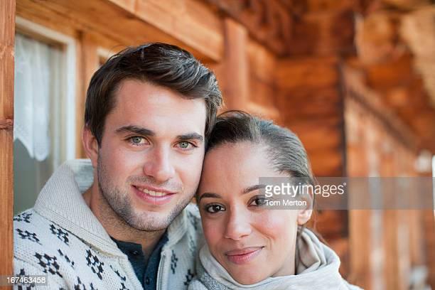 Porträt von lächelnd paar umarmen auf Kabine Veranda