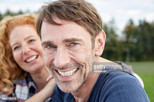 portrait of smiling couple outdoors - 40 49 jaar stockfoto's en -beelden