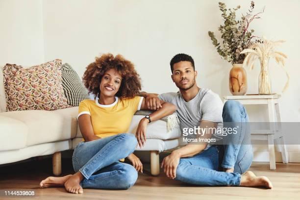 retrato dos pares de sorriso que descansam em casa - afro americano - fotografias e filmes do acervo