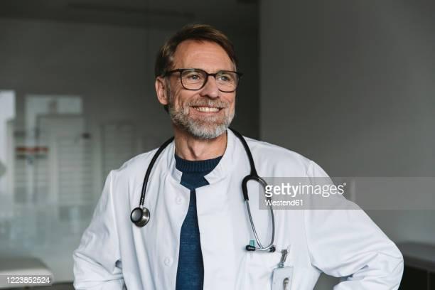 portrait of smiling doctor - doutor imagens e fotografias de stock