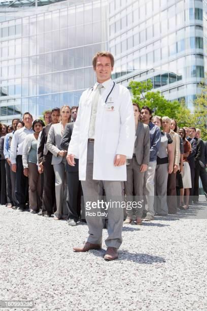 Porträt eines lächelnden Arzt mit business-Menschen im Hintergrund
