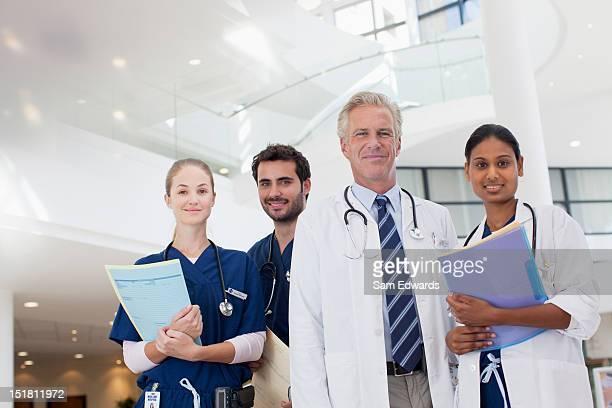 Retrato de la sonriente médicos y enfermeras en el hospital