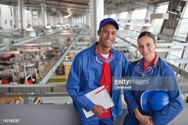 Porträt eines lächelnden Fabrik Arbeiter
