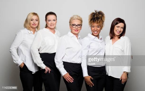retrato de proprietários fêmeas de sorriso no estúdio - cinco pessoas - fotografias e filmes do acervo